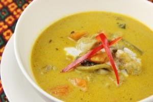 ココナッツミルクたっぷりのカンボジアカレー。 お昼ご飯によく食べられています。 レモングラスペーストでしっかりした味が付いています。