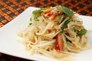 青パパイヤ、パクチーをエビペースト・ニンニクで味付け。人気のサラダです。 お好みに合わせ辛さを調整します。