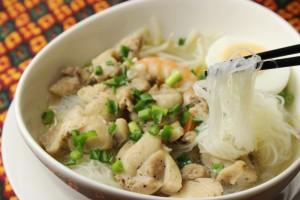 米から作った細い麺と鶏肉、エビ、ゆで卵が入ったスープ。牛骨のダシをしっかりとった優しい味です。
