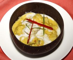 カンボジアで最も有名な料理です。白身魚をレモングラスで味付けし、ココナッツミルクで煮込みました。 スープというより白身魚のソースかけ。