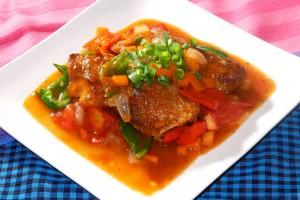 魚を唐揚げし、トマト、ピーマン、ニンジン、玉ねぎをオイスターソースで炒めました。