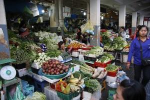 野菜や果物が山積みされた店頭
