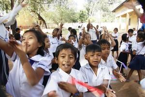 竹トンボ飛ばして喜ぶ子供たち
